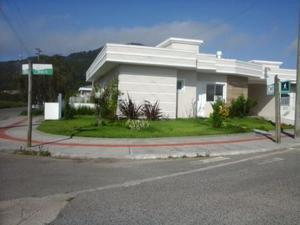 Linda Casa Nova em Condomínio – Cachoeira Bom Jesus –