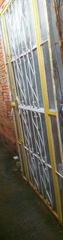 Porta de entrada de ferro perfeito estado de conservação