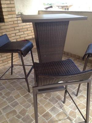 Mesa alta com 4 cadeiras de vimi e ferro