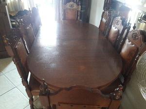Mesa madeira maciça com 8 cadeiras em couro e aparador