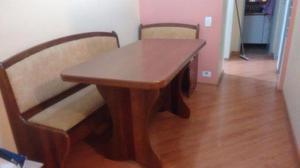 Mesa de jantar em madeira maciça e bancos baú