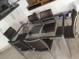 Mesa com pés cromados e tampo de vidro, com 06 cadeiras