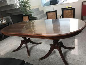Vendo uma linda mesa oval com tampo de vidro de 8 lugares!