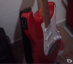 guitarra e caixa de som e pedaleira