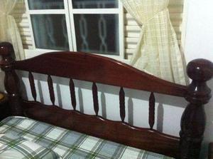 Cama e criados em madeira