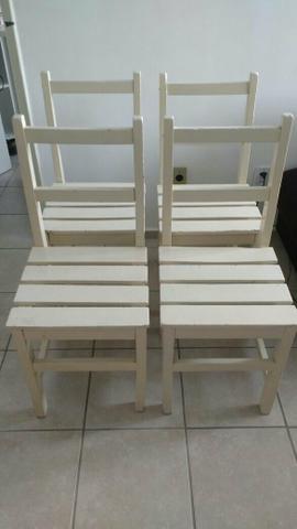 Conjunto com 4 cadeiras de madeira.