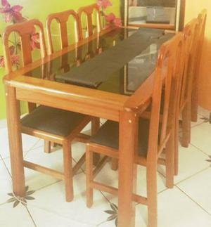 Mesa de 6 cadeiras em madeira com tampo de vidro