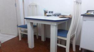 Mesa e quatro cadeiras de madeira