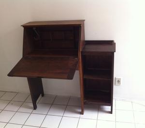 Baú e escrivaninha de madeira