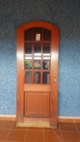 Porta de madeira com vidros e batente
