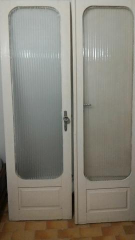Porta dupla de madeira e vidro branco