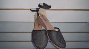 Lote com 300 pares de calçados Femininos Novos Diversas