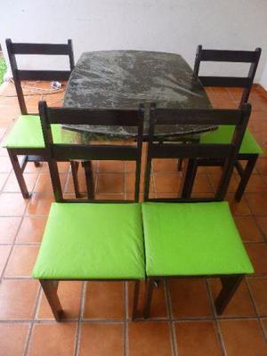 Mesa com quatro cadeiras, em bom estado