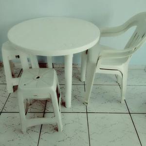 Conjunto de mesa com 4 bancos e uma cadeira