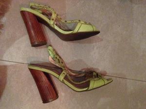 Sandalia verde com spikes dourados
