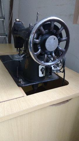 Máquina de costura Singer antiga com motor