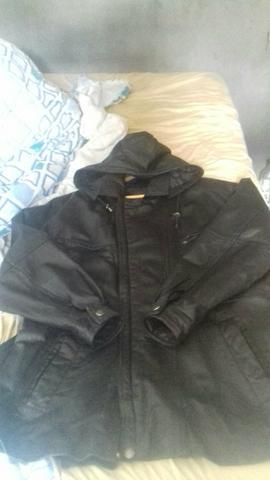 Jaqueta de couro.Com capuz.300$