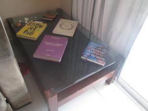 Mesa de centro em madeira de lei com tampo de vidro