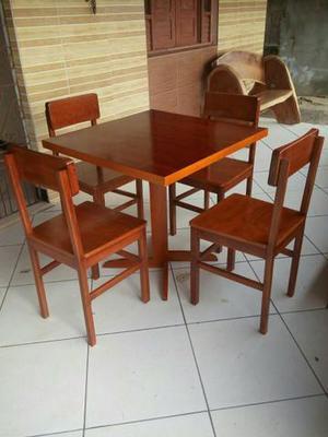 Mesas e cadeiras em madeira maciça