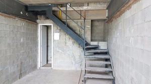 Escada de ferro com degraus antiderrapantes