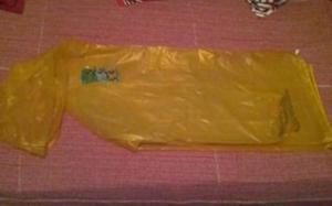 Capa de chuva infantil amarela translúcida em ótimo estado