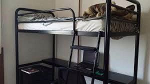 Beliche, sendo uma cama e escrivaninha novo metal preto
