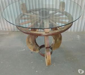 Mesa redonda de madeira com tampo de vidro