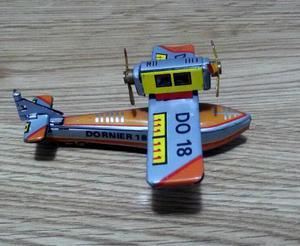 Miniatura de avião feito em lata (vintage)