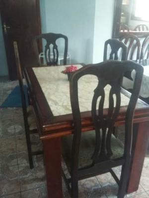 Mesa de madeira maciça com 4 cadeiras e tampão de mármore