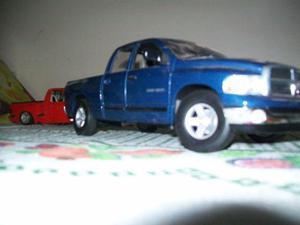 Miniatura  dodge ram quad cab azul maisto 1/18