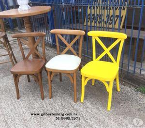 Mesas e cadeiras em madeira de demolição em Porto Alegre