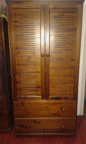 Armário de madeira de lei