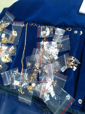 Brincos, pulseiras e corrente folheada a ouro