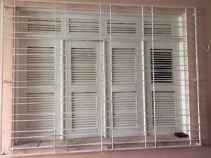Janelas e Portas de Madeira e Grades de Ferro das janelas
