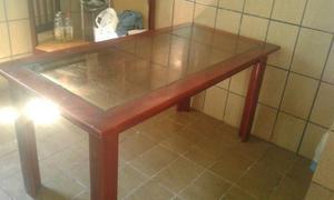 Mesa, armário de cozinha e estante bar