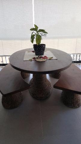 Mesa de madeira com vime