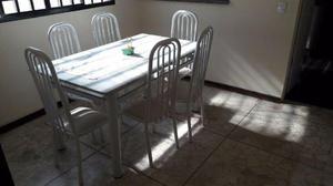 Mesa metálica com 8 cadeiras estofadas e superfície em
