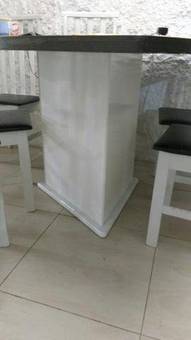 Mesa sem cadeiras só a mesa