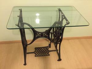 Pé de Máquina de Costura com mesa de vidro