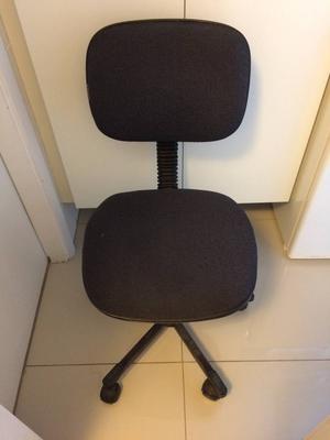 Cadeira estofada giratória para escritório