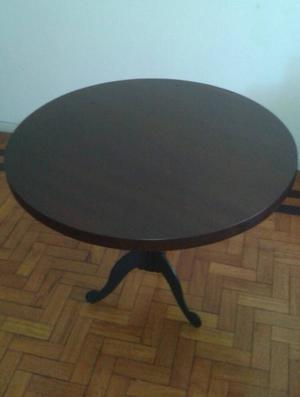 mesa de madeira e cadeiras