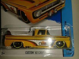 Miniatuta Chevy 62 com prancha de Surf