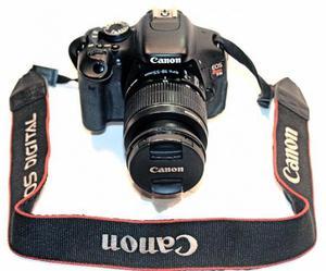 Câmera Canon EOS Rebel T3i com Lente EF-S mm F