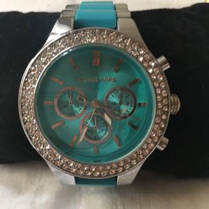 relógio azul e turquesa