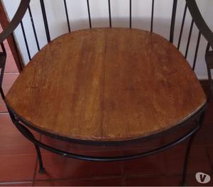 Cadeira de ferro forjado em madeira de demolição