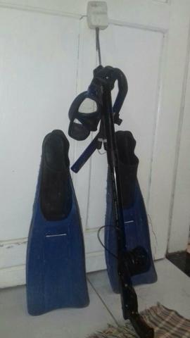 Kit de pesca (arpão, pé e pato, máscara de mergulho)