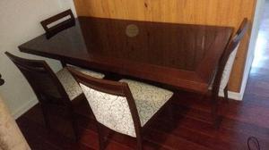 Mesa com tampo de vidro e conjunto de 04 cadeiras em madeira