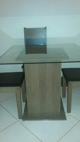 Mesa e quatro cadeiras novinha