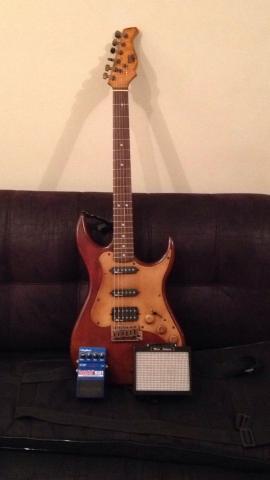Kit com guitarra, pedal de overdrive e mini amplificador