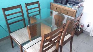 Mesa e quatro cadeiras em madeira maciça e tampo de vidro